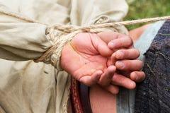 Händer som binds med repet Royaltyfri Bild