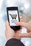Händer som direktanslutet shoppar på Smartphone Royaltyfria Bilder