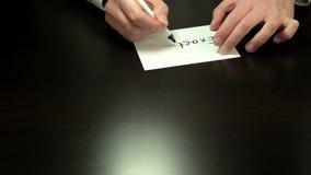 Händer som exakt skriver anmärkningen stock video