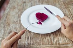 Händer som förbereder sig att äta hjärta på plattan Fotografering för Bildbyråer