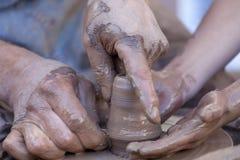 Händer som fungerar på krukmakerihjulet Royaltyfri Fotografi