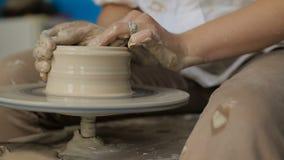Händer som fungerar på krukmakerihjulet stock video