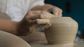 Händer som fungerar på krukmakerihjulet lager videofilmer