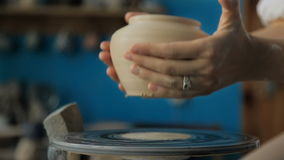 Händer som fungerar på krukmakerihjulet arkivfilmer