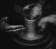 Händer som fungerar på krukmakerihjulet fotografering för bildbyråer
