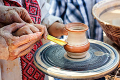 Händer som fungerar på krukmakerihjulet Skulptör keramiker Människahänder som skapar en ny keramisk kruka Royaltyfri Foto