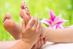 Händer som gör fotmassage royaltyfri fotografi