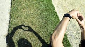 Händer som gör hjärtasymbolskugga Arkivbild