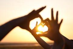 Händer som gör hjärtor Fotografering för Bildbyråer