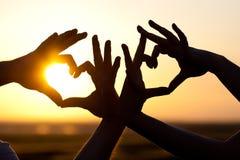 Händer som gör hjärtor Royaltyfri Foto