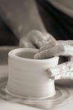 händer som gör krukmakeri Royaltyfri Foto