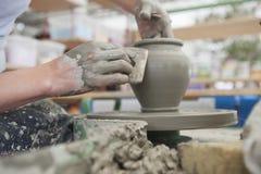 Händer som gör krukmakeri på ett hjul Royaltyfri Foto
