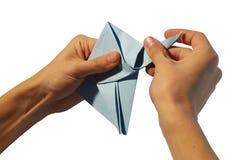händer som gör origami royaltyfria foton