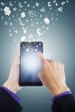 Händer som gör pengar med smartphonen Arkivfoton