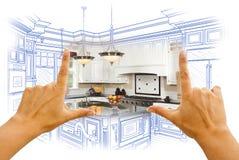 Händer som inramar den beställnings- kökdesignteckningen och fotoet Combinatio