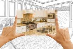 Händer som inramar den beställnings- kökdesignteckningen och fyrkantfotoCom Royaltyfria Bilder