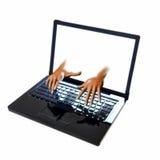 Händer som kommer ut ur bärbara datorn, screeen arkivfoto