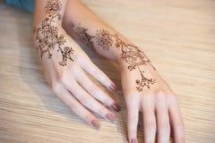 Händer som målas med henna Arkivfoton