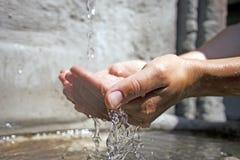 Händer som mot efterkrav sötvatten Royaltyfri Fotografi