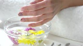 Händer som mottar brunnsorttillvägagångssättet, ultrarapid lager videofilmer