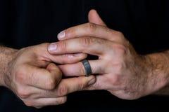 Händer som nervöst skruva på sig med cirkeln arkivbild