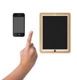 Händer som pekar på den smarta telefon- och minnestavladatoren som isoleras på wh Arkivfoto