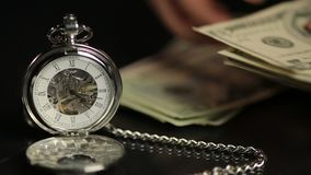 Händer som räknar US dollar nära rovan, beräknande vinst för businessperson arkivfilmer