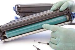 Händer som reparerar färgpulverkassetten Fotografering för Bildbyråer