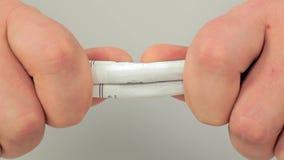 Händer som river closeupen för tre cigaretter arkivfilmer