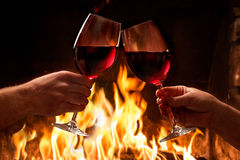 Händer som rostar vinexponeringsglas Royaltyfria Foton