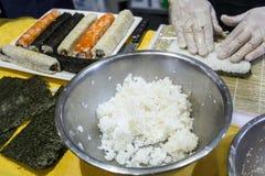 Händer som rullar sushi Arkivfoton