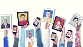 Händer som rymmer begrepp för Digital apparatkommunikation royaltyfri foto