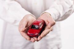 Händer som rymmer bilen Fotografering för Bildbyråer
