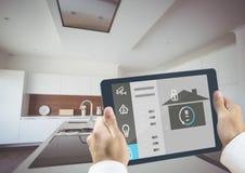Händer som rymmer den digitala minnestavlan med symboler för hem- säkerhet Arkivfoto