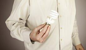 Händer som rymmer den ljusa kulan Royaltyfria Foton