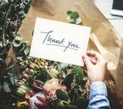 Händer som rymmer det tomma kortet för designutrymme med blommabuketten royaltyfria foton