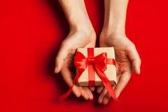 Händer som rymmer en gåva Arkivfoton