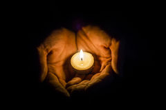 Händer som rymmer en stearinljus Royaltyfria Foton