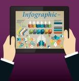Händer som rymmer en tablet Abstrakt informationsdiagram Arkivfoto