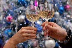 Händer som rymmer exponeringsglas av champagne arkivbilder
