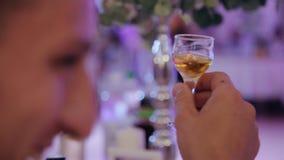 Händer som rymmer exponeringsglas och rostar, lyckligt festligt ögonblick, lyxigt berömbegrepp Finka av exponeringsglas på det fe stock video