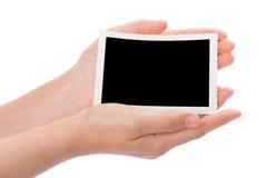 händer som rymmer fotografiet Arkivbild