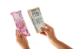 Händer som rymmer indiern 2000 och 100 rupieanmärkningar Royaltyfri Bild