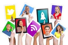 Händer som rymmer kommunikation för Digital minnestavlafolk Royaltyfria Bilder