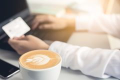 Händer som rymmer kreditkorten och använder bärbara datorn card grund shopping för dof-fokushanden online mycket arkivfoto
