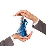 Händer som rymmer kvinnan Royaltyfria Bilder