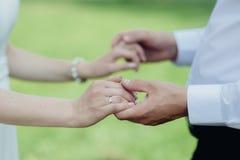 händer som rymmer mankvinnan Royaltyfri Foto