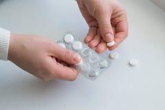 Händer som rymmer medicinska preventivpillerar Arkivfoto