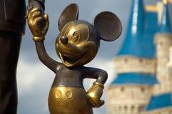 händer som rymmer mickey royaltyfri fotografi