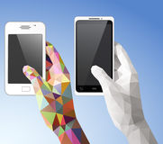 Händer som rymmer mobiltelefonen Arkivfoton
